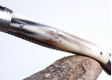 Couteau Laguiole avec une lame forgée Damas et son manche en Pointe de Corne Blonde
