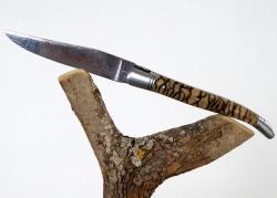 Laguiole Forgé Guilloché/Ciselé, Lame Damas, Manche en Corail Fossile Tigre